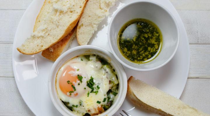 Szparagi pieczone – z bekonem, jajkiem i serem Provolone