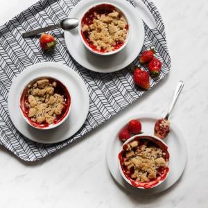 Crumble – rabarbar i truskawki zapiekane pod kruszonką
