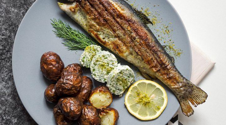 Pstrągi z patelni grillowej, masło koperkowe i młode smażone ziemniaki
