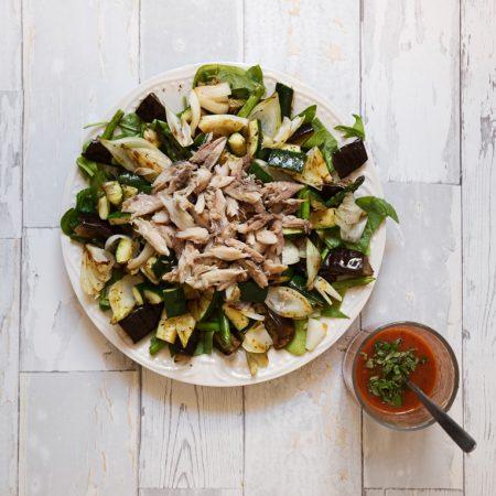 Sałatka z grillowanych warzyw, z wędzoną makrelą i sosem z pomidora