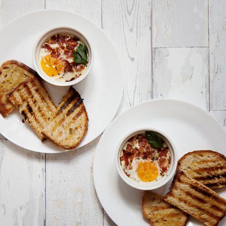Jajka w kokilkach, zapiekane ze szpinakiem