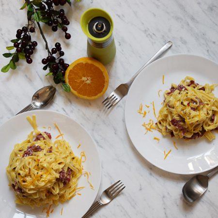 Tagliatelle z prosciutto, w kremowym sosie pomarańczowym