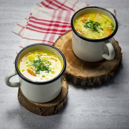 Kremowa, rozgrzewająca zupa z kurczakiem i warzywami