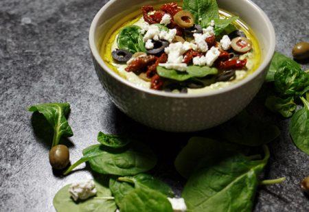 Grecki zielony hummus – feta, oliwki, szpinak i suszone pomidory