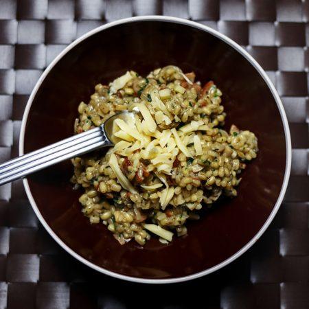 Swojskie kaszotto – pęczak, kiełbasa, cebula i pieczarki