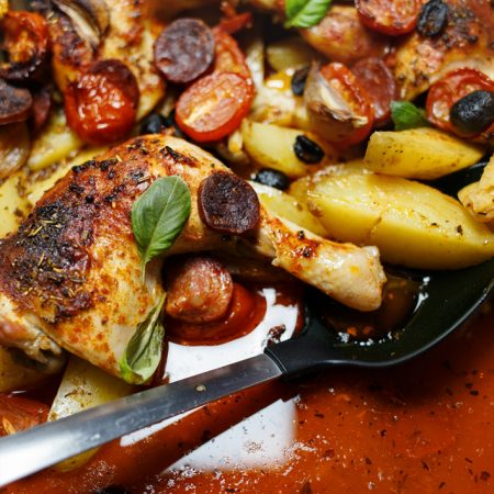 Udka kurczaka po hiszpańsku – pełny obiad z jednej blachy