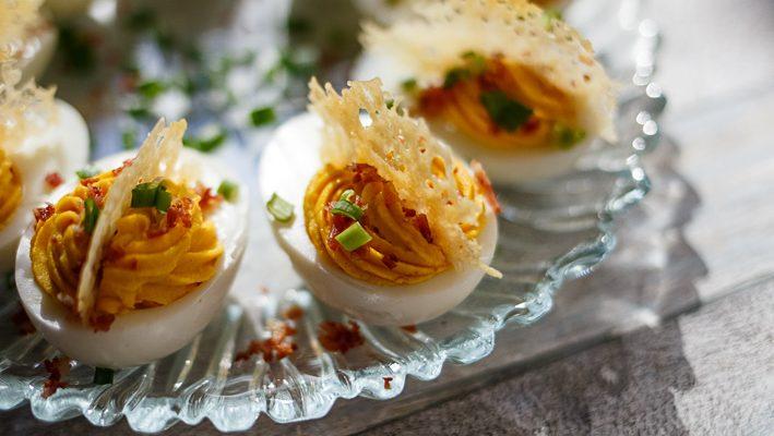 Jajka nadziewane ze srirachą, serowym chipsem i bekonową posypką
