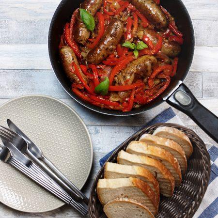 Salsiccia fresca z papryką i cebulą – amerykańsko-włoski klasyk