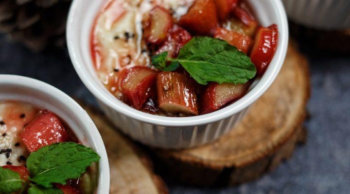 Krem jaglany z chałwą i karmelizowanym rabarbarem