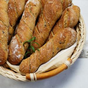 Śródziemnomorskie paluchy chlebowe – z oliwkami i rozmarynem
