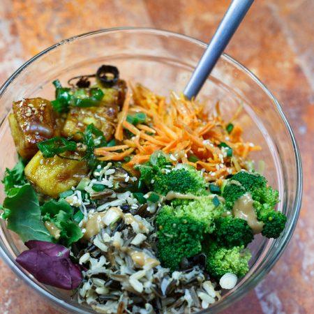 Buddha bowl – tofu w sosie miód-sriracha