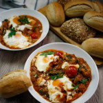 Jajka, ziemniaki, szpinak i kozi ser – zapiekane w pikantnym pomidorowo-paprykowym sosie