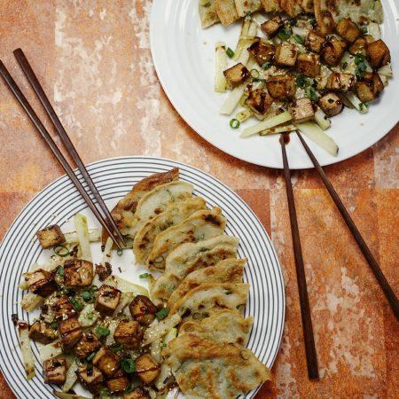 Chińskie naleśniki ze szczypiorem i słodko-pikantne tofu z kalarepą