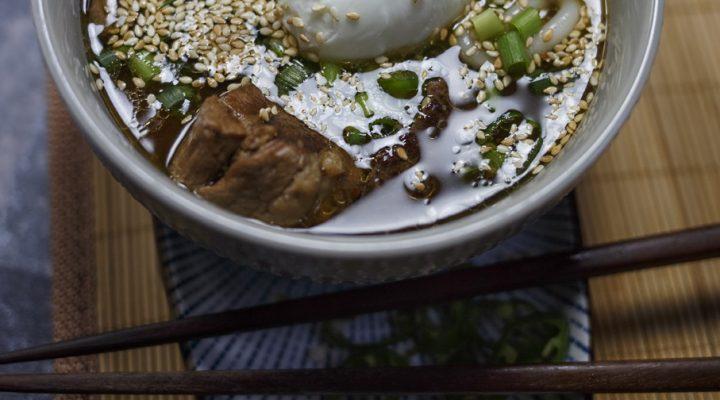 Ramen wieprzowo-wołowy, na żeberkach i goleni, z grzybami
