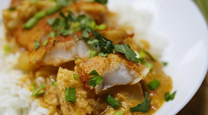 Czerwone curry z ziemniakami, kalafiorem i białą rybą