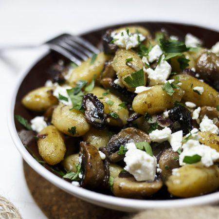 Gnocchi w z karmelizowanymi pieczarkami, cebulą i fetą