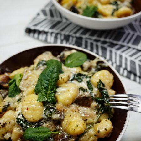Gnocchi w serowym sosie, ze szpinakiem i pieczarkami – zapiekane