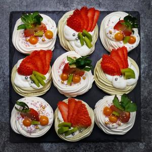 Gniazdka bezowe z herbatą matcha i owocami