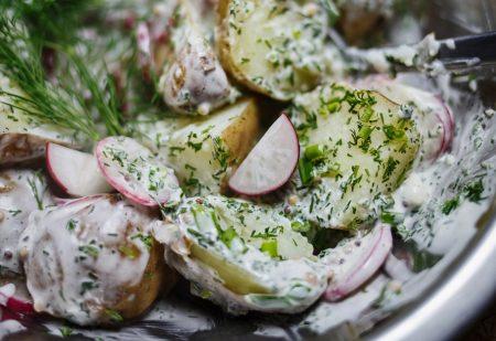 Wiosenna sałatka ziemniaczana – zamiast ziemniaków do obiadu
