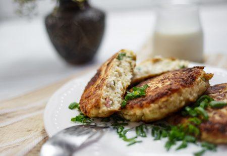 Wytrawne syrniki – serowe placki ze szczypiorem i wędzonym boczkiem
