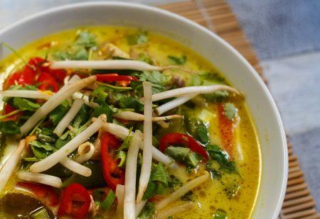 Tajski ramen z kurczakiem i warzywami