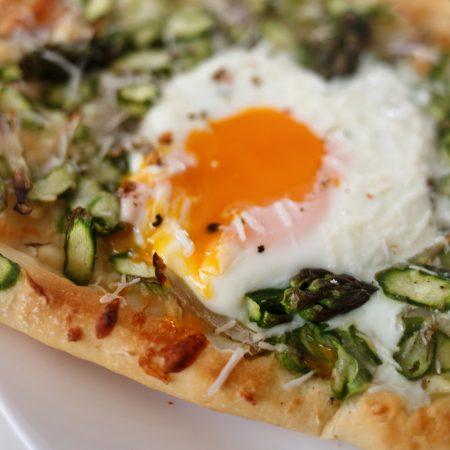Pizza ze szparagami, szalotką i jajkiem