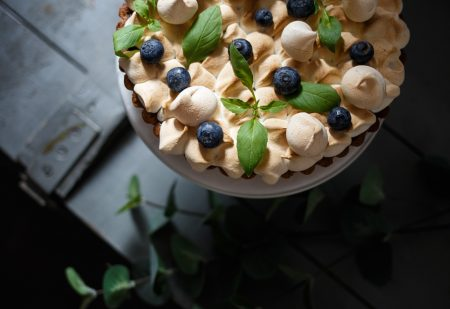Kruche ciasto, beza i curd z rabarbaru