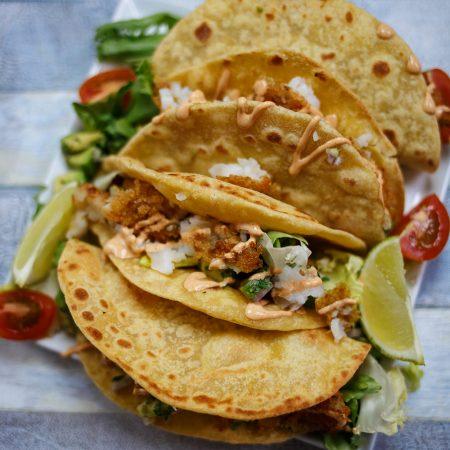Tacos z białą rybą, salsą z awokado i sałatą