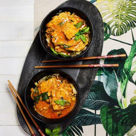 Tajskie czerwone curry z wieprzowiną  i bazylią – Gaeng ped moo