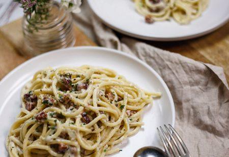 Burrata, bekon, bucatini – carbonara na szybko