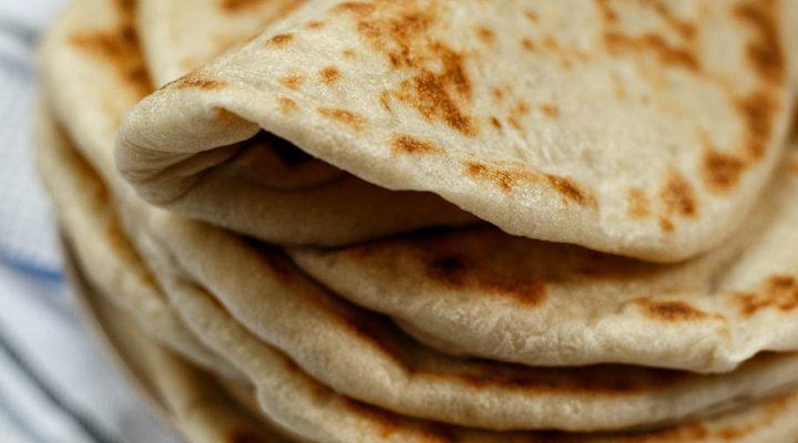 Greckie chlebki pita – miękkie i elastyczne, bez kieszonek