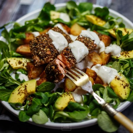 Łosoś panierowany w dukkah – z ziemniakami, sosem i sałatką