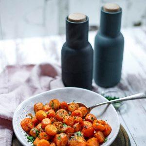 Marchewka pieczona do obiadu – z masłem, czosnkiem, pomarańczą i Srirachą