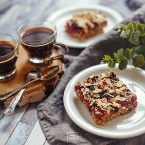 Pieczona owsianka z owocami – szybkie ciasto owsiane