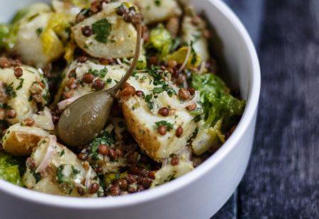 Sałatka ziemniaczana z soczewicą i pikantnym sosem – dodatek do obiadu