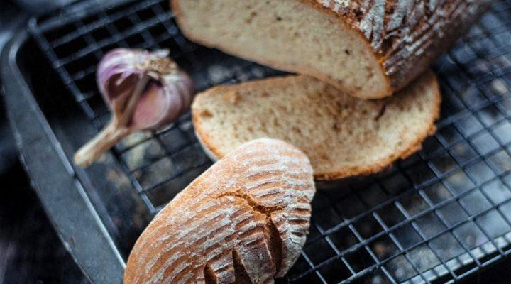 Chleb pszenno-żytni z czosnkiem i rozmarynem