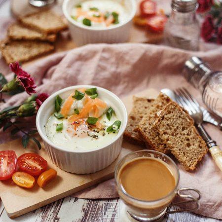 Jajka zapiekane w kokilkach z wędzonym łososiem