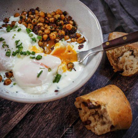 Jajka w koszulkach, jogurt i chrupiąca ciecierzyca