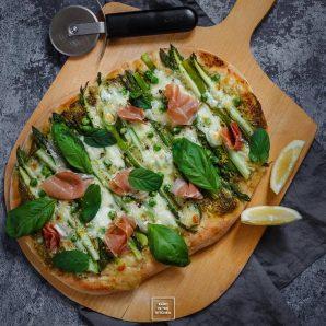 Wiosenna zielona pizza z pesto i szparagami
