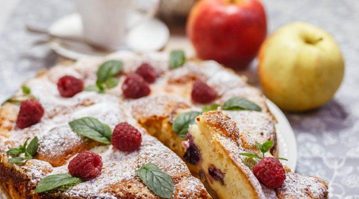 Proste ciasto ucierane z masą budyniową i owocami