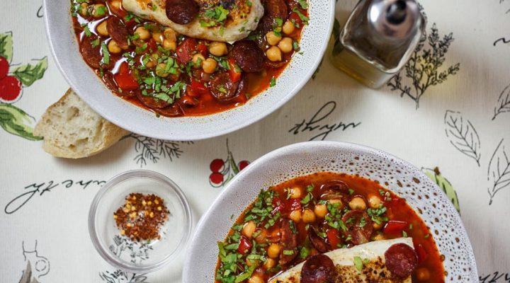 Polędwiczki z dorsza w czerwonym bulionie z chorizo, ciecierzycą i papryką