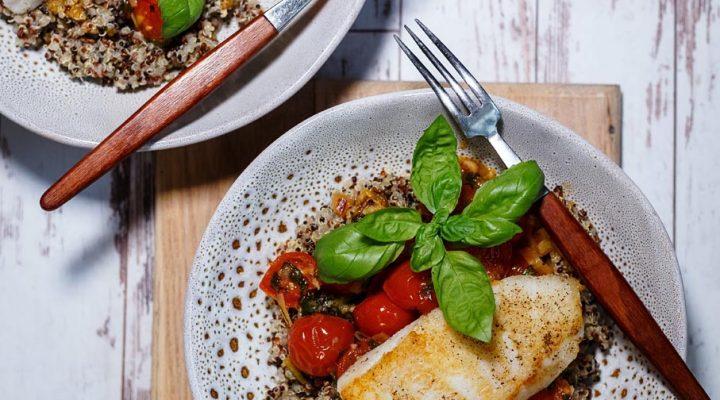 Polędwice z dorsza w pomidorach, z bazylią i białym winem