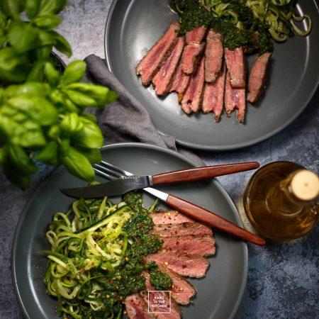Makaron z cukinii, steki i zielony sos – obiad w 20 minut!