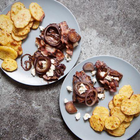 Steki bavette – z łaty wołowej, z pieczonymi plastrami ziemniaków i karmelizowaną cebulą