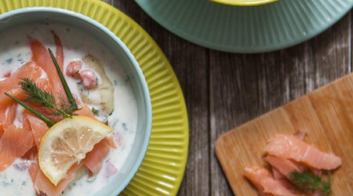Biały chłodnik z młodymi ziemniakami i wędzonym łososiem