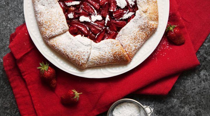Rustykalna tarta rabarbarowo-truskawkowa. Galette aux fruits rouges