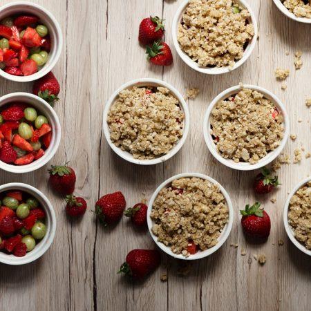 Crumble z agrestem i truskawkami – bezglutenowa kruszonka z płatkami owsianymi i mąką migdałową