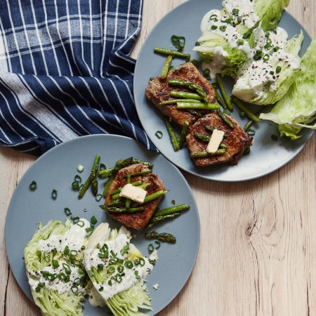 Steki wołowe, szparagi na maśle i sałata z miętowym dressingiem – obiad w 20 minut