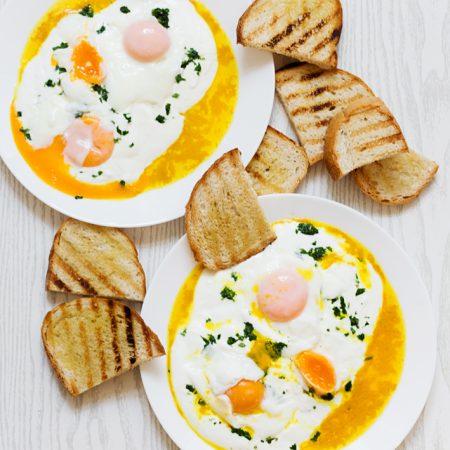 Çilbir — jajka w koszulkach po turecku, na jogurcie