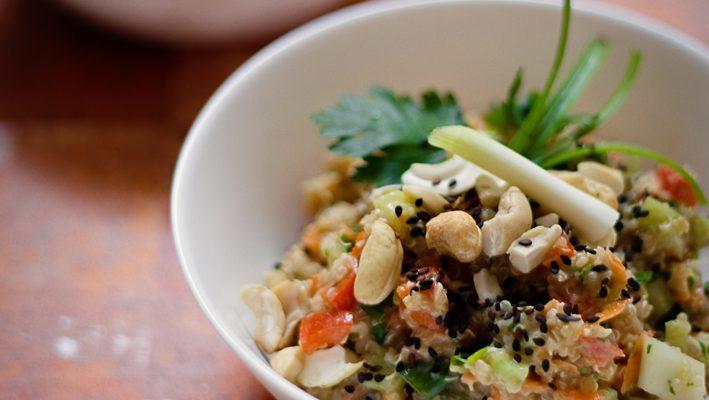 Quinoa – komosa ryżowa – sałatka tajska z orzechowo-imbirowym sosem